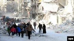 Сирийцы покидают восточные районы Алеппо, 29 ноября 2016 года.