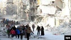 Сирійські родини, що втратили дім, втікають із районів східного Алеппо, де тривають бої, Сирія, 29 листопада 2016 року