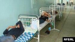 Орын жетпей аурухана дәлізінде төсекте жатқан науқастар. Ақтөбе қаласы, қараша, 2008 жыл.