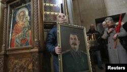 ეს სურათი გადაღებულია გორის ერთ-ერთ ეკლესიაში 2013 წლის 5 მარტს, სტალინის გარდაცვალების მე-60 წლისთავზე.