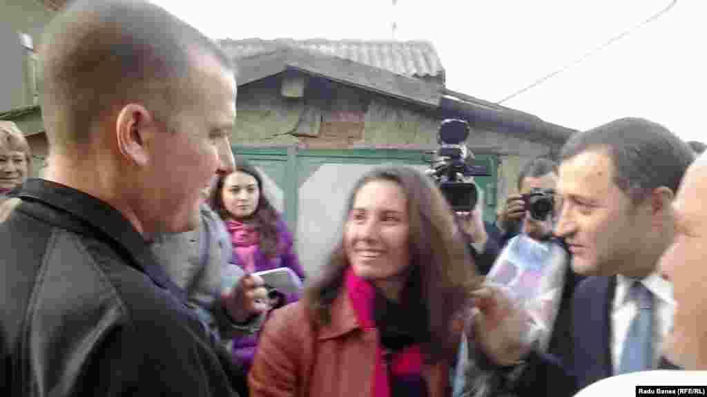 Alexandru Ursu, cu fiul şi soţia Irina îl întâmpină pe premierul Vlad Filat.