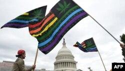 Активисти за легализиране на марихуаната по време на акция пред Конгреса на 8 октомври 2019 г.