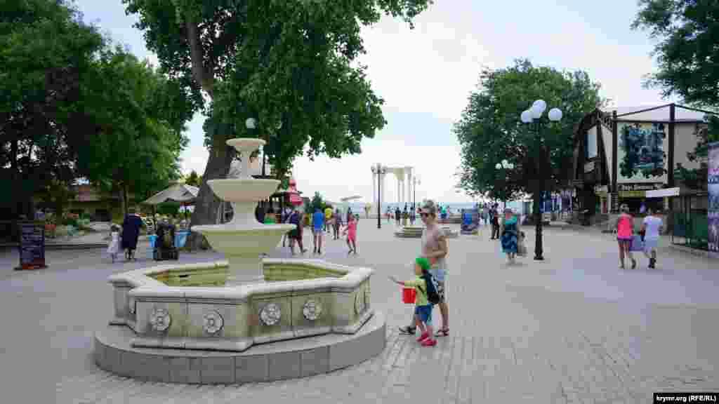 Біля фонтана на вулиці Фрунзе