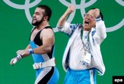 Спортсмен из Казахстана Ниджат Рахимов и главный тренер казахстанской сборной по тяжелой атлетике Алексей Ни. Рио-де-Жанейро, 10 августа 2016 года.