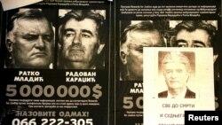 """Постеры Госдепартамента США, обещающие награду в 5 миллионов долларов за поимку Ратко Младича и Радована Караджича, поверх которых наклеена листовка сторонников Караджича """"Мы его не отдадим!"""". Босния, 2002 год"""
