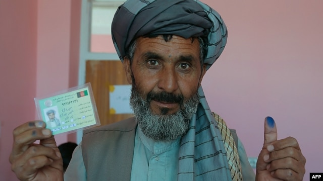 Voters in Afghanistan's presidential election had their fingers marked with indelible ink to prevent them from casting a ballot more than once. (file photo)