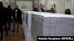 """Instalația de artă """"Datoria"""" într-o bibliotecă locală din Moldova"""