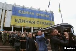 Похороны в Киеве бойца украинского спецназа Родиона Доброхотова, погибшего 9 мая в бою с сепаратистами в Мариуполе. 12 мая 2014 года