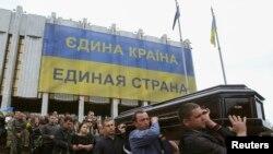 Kiýewde Mariupoldaky söweşde öldürilen ukrain esgeri Rodion Dobrodomowy soňky ýoluna ugratdylar. 12-nji maý, 2014.