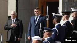 Robert Gates și Anatoli Serdiukov la Pentagon