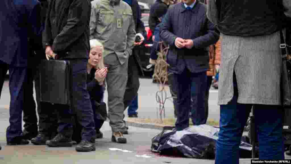 Певица Мария Максакова, супруга Владимира Вороненкова, у тела своего мужа