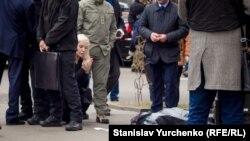 Mariya Maksakova, aqayınıñ cesedini tanımaqtan ögüne. Kyiv,23 mart 2017 senesi