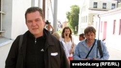 Анджей Почобут виходить 30 червня 2012 року з в'язниці в Гродні в супроводі колег-журналістіів