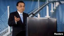 Chinese Prime Minister Li Keqiang speaksat a bridge-construction site in Brijesta, Croatia, on April 11.