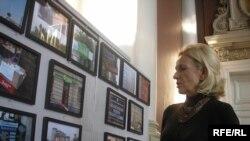 Фотомитець Роксолана Тим'як-Лончина біля своїх робіт. Львів, 19 лютого 2010 року