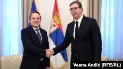 Српскиот претседател Александар Вучиќ со еврокомеасарот за проширување на ЕУ, Оливер Вархеји