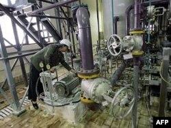 Российский эксперт проверяет оборудование на атомной электростанции в Иране. 2007 год.