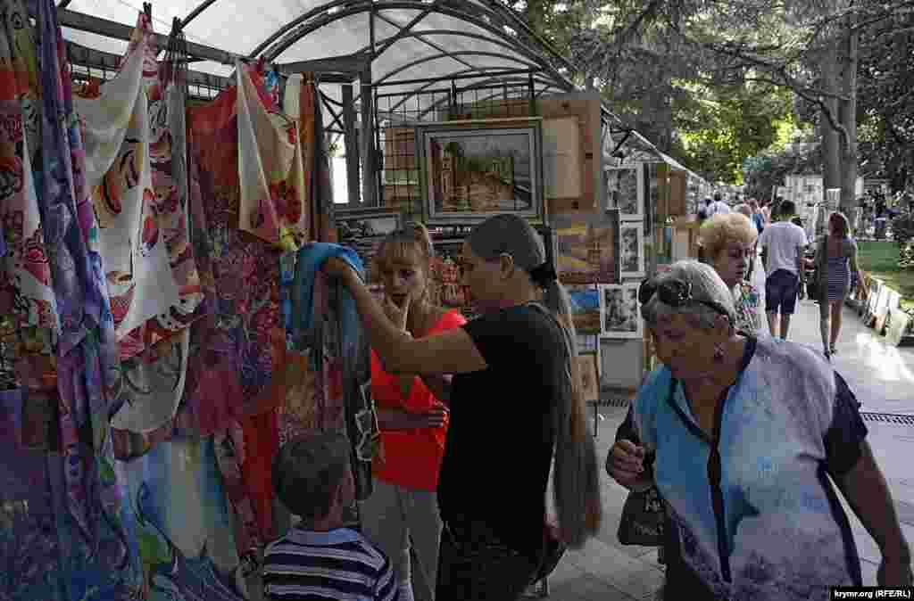 Це відомий ринок художників на Пушкінській. Тут весь рік місцеві та приїжджі художники продають картини. Ну, і заразом, усе гарне, що робиться руками – кераміку, набивні тканини, прикраси з дерева, лиття, ковку – загалом, усе.