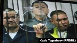 Группа фигурантов «Хоргосского дела» слушает свой приговор. Фото с монитора в комнате для журналистов. Алматы, 12 апреля 2014 года.