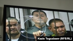 """Группа фигурантов """"Хоргосского дела"""", по которому по обвинению в коррупции была осуждена большая группа офицеров спецслужб. Алматы, 12 апреля 2014 года."""