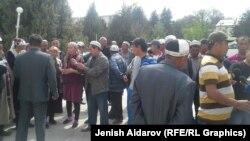 Облустук акимчиликтин алдына топтолгон эл, Баткен. 1-май, 2015.