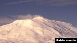 Таким был снежный пейзаж на всей Земле во время Варангерского оледенения, которое произошло 650 – 620 миллионов лет назад. Действующий вулкан Эребус на острове Росса. Антарктида.