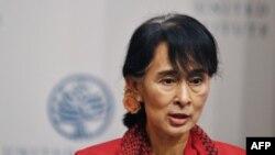 Аун Сан Су Чжи выступает в Институте мира США в Вашингтоне (18 сентября)