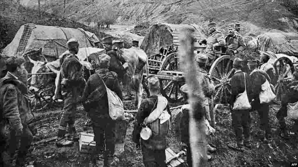 Отступление короля Сербии Петра I (слева, на коляске) и его войска после нападения на Сербию сил под руководством Германии в ноябре 1915 года