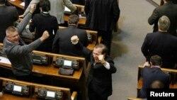 Депутати владної фракції під час вчорашнього засідання парламенту