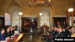 Русия тарих җәмгыяте утырышларының берсендә президент администрациясе җитәкчесе Сергей Иванов та катнаша. 23 февраль 2013