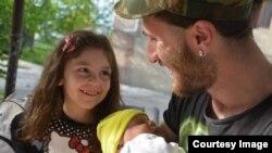 გიორგი ბეჟანიშვილი შვილებთან ერთად (ფოტო: კახეთის საინფორმაციო ცენტრი)