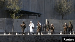 Представители сил безопасности Афганистана прибыли на место взрыва, Кабул, 12 апреля 2017
