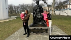 Сергей Викарчук с женой и детьми, апрель 2015 года