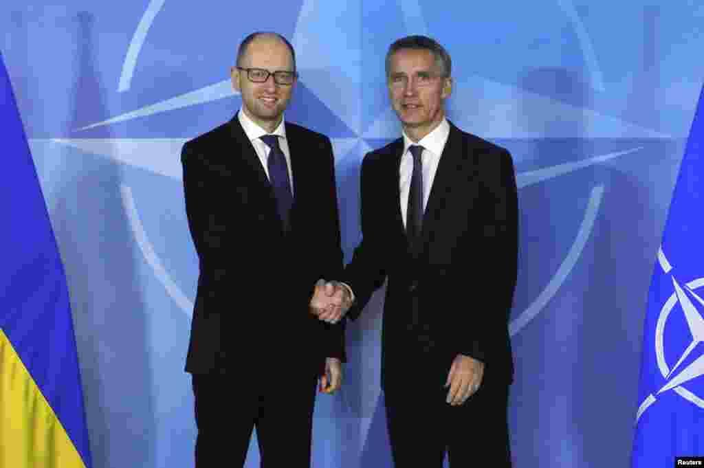 Прем'єр-міністр України Арсеній Яценюк (ліворуч) і генеральний секретар НАТО Єнс Столтенберґ. Брюссель, 15 грудня 2014 року