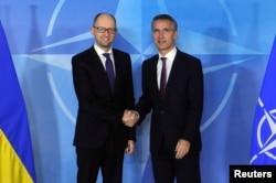 Прем'єр-міністр України Арсеній Яценюк та генсекретар НАТО Єнс Столтенберґ. Брюссель, грудень 2014 року