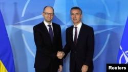 НАТО бас хатшысы Йенс Столтенберг (оң жақта) пен Украина премьер-министрі Арсений Яценюк. Брюссель, 15 желтоқсан 2014 жыл.