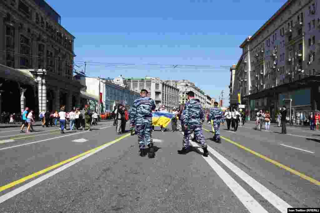 Антивоенная акция в поддержку Украины в Москве. Активистам удалось пройти с украинским флагом более 500 метров, после чего часть из них была задержана