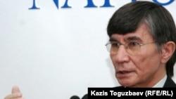 Оппозиционный политик Жасарал Куанышалин заявляет на пресс-конференции о своем намерении участвовать в президентских выборах. Алматы, 3 ноября 2010 года.