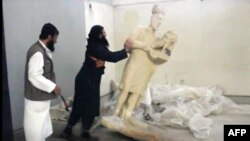 """مسلحو تنظيم """"داعش"""" يدمرون تماثيل آثارية في نينوى"""