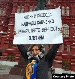 Тут і далей - пікеты Ірыны Калмыковай у Маскве побач з Крамлём