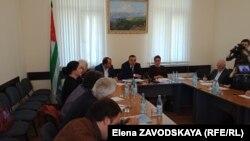 Встреча с общественностью началась с пространного рассказа министра сельского хозяйства Амирана Какалия о борьбе с мраморным клопом