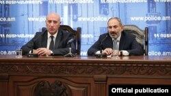 Премьер-министр Никол Пашинян представляет руководящему составу полиции и. о. начальника Полиции Армана Саргсяна (слева), Ереван, 20 сентября 2019 г.