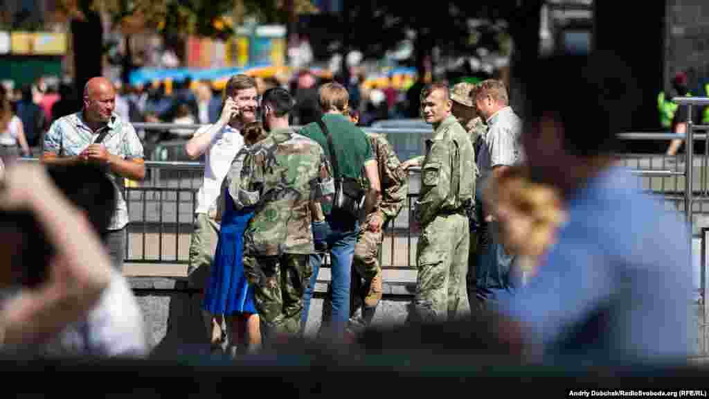 Бійці добровольчих батальйонів під час зустрічі на Майдані Незалежності