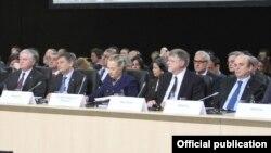 Իռլանդիա – Հայաստանի արտգործնախարար Էդվարդ Նալբանդյանը (ձ), ԱՄՆ-ի պետքարտուղար Հիլարի Քլինթոնը եւ այլ դիվանագետներ՝ ԵԱՀԿ-ի նախարարական խորհրդի հանդիպմանը, Դուբլին, 6-ը դեկտեմբերի, 2012թ․