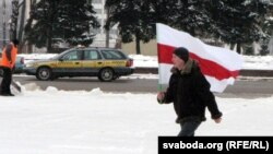 Аляксандар Кузьняцоў са сьцягам.