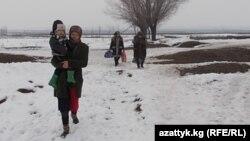 Кыргыз-өзбек чек арасынан өтүп келаткан жарандар.