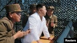 Түндүк Кореянын лидери Ким Чен Ын аскер жетекчилери менен.