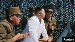 Северокорейский лидер Ким Чен Ын наблюдает за демонстрацией нового ракетного двигателя для спутника в космическом центре в Сохае. Иллюстративное фото.