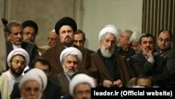 حسن خمینی و کاظم صدیقی در مراسمی در دفتر رهبر جمهوری اسلامی کنار هم نشستهاند. صلاحیت هیچ کدام آنها توسط شورای نگهبان تایید نشده است.