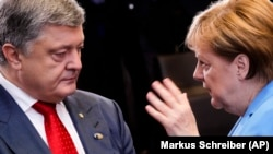 German Chancellor Angela Merkel (right) and Ukrainian President Petro Poroshenko (file photo)